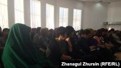 Родители школьниц, которых не впускают в школы из-за платков, и учителя на встрече с депутатом мажилиса Бактыбеком Смагулом. Актобе, 9 января 2018 года.