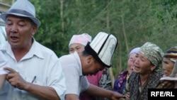 На похоронах 10-летнего мальчика, погибшего в ходе межэтнических стычек в Оше. Фотография предоставлена Ширин Айтматовой, дочерью писателя Чингиза Айтматова.