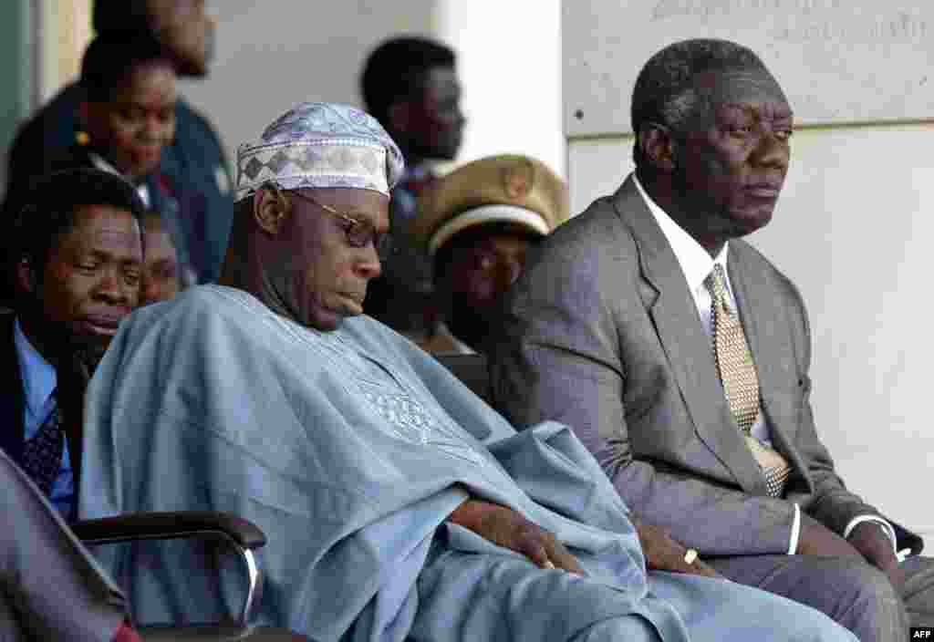 Нигерийский президент Олусегун Обасаньо (слева) и президент Ганы Джон Куфуор с увлечением наблюдают за историческим парадом в Того
