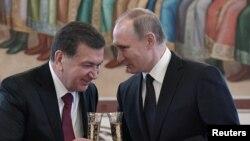 Президент Узбекистана Шавкат Мирзияев (слева) и президент России Владимир Путин во время встречи в Москве. 5 апреля 2017 года.