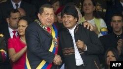 Венесуэла президенті Уго Чавес (сол жақта) және Боливия президенті Эво Моралес. Каракас, 4 ақпан 2012 жыл.