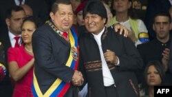 Wenesuelanyň prezidenti Hugo Çawez (çepde) we Boliwiýanyň prezidenti Ewo Morales Karakasda harby parad wagty. 4-nji fewral, 2012.