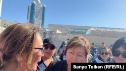 Протестующие общаются с вопросами к вышедшей к ним депутату сената Ляззат Сулеймен (в центре). Нур-Султан, 19 сентября 2019 года.