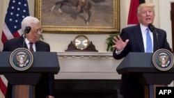 АҚШ президенті Дональд Трамп Палестина автономиясының басшысы Махмуд Аббаспен баспасөз конференциясында сөйлеп тұр. Вашингтон, 3 мамыр 2017 жыл.