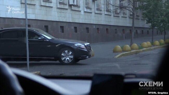 Також «Схемам» вдалося зафіксувати, як автівка, якою користується Портнов, залишала МВС