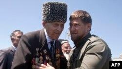 Кадыров о чем-то беседует с ветераном Великой Отечественной войны. Май, 2013 г.