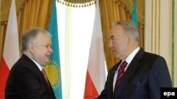 Qazaxıstan prezidenti Nursultan Nazarbayev polşalı həmkarı Lex Kaçinskini salamlayır
