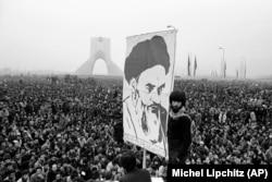 تصویری از اجتماع مخالفان شاه در میدان شهیاد تهران (آزادی) در دی ماه ۱۳۵۷