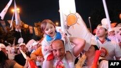 Прихильники Реджепа Ердогана святкують перемогу своєї партії на виборах, Стамбул, 12 червня 2011 року
