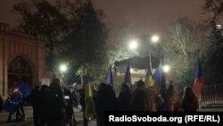 Із українськими та чеськими прапорами та плакатами «Путін – забирайся геть з України» активісти висловили обурення ескалацією конфлікту у Керченській протоці