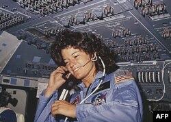 """Первая американская женщина-астронавт Салли Райд, на борту """"Челленджера"""" во время 6-дневного полета 18 июня 1983 года"""