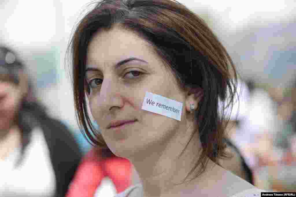 """O tânără are lipită pe față o hărtie cu mesajul: """"Ne amintim"""", în incinta Complexului Memorial Tsitsernakaberd din Erevan, cu ocazia Centenarului Genocidului Împotriva Armenilor, Erevan, Armenia. Cu un secol în urmă, aproximativ 1.500.000 de armeni au fost uciși pe teritoriul Imperiului Otoman, crimele în masă fiind considerate primul genocid al secolului trecut."""