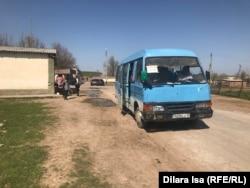 Школьный автобус для детей, которые учатся в селе Багыс, но живут в соседнем селе. Туркестанская область, 7 апреля 2021 года.