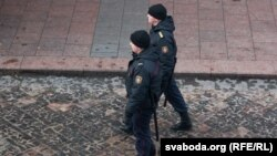 Міліцыянты патрулююць вуліцу. Ілюстрацыйнае фота