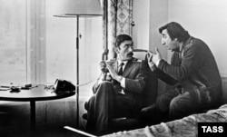 """სცენა 1977 წელს გადაღებული """"მიმინოდან"""". კლასიკად ქცეულ ფილმს, რომელიც ქართველი მფრინავის და სომეხი მძღოლის მოულოდნელ მეგობრობაზე გვიყვება, იუტუბზე თითქმის 10 მილიონი ნახვა აქვს"""