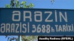 Родственники Зейналова говорят, что шпионажем в МНБ посчитали то, что Турадж и другие четверо задержанных фотографировали на телефон самолеты в Нахчыванском аэропорту, а также водоемы Нахчывана