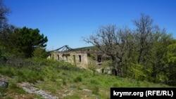 Разрушенные казармы на Айя