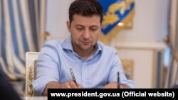 Іншим указом президент звільнив Володимира Кальніченка від тимчасового виконання обов'язків голови Хмельницької ОДА