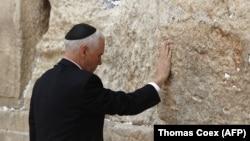 Кошмо Штаттардын вице-президенти Майк Пенс Израилдеги Батыш дубалга (Иерусалим шаарынын байыркы бөлүгүндөгү ыйык жай) барды.