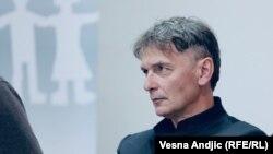 """""""Nema straha, tamo gde ima dva čoveka da stanu i da kažu 'ne dam' pojaviće se još dvadeset, pojaviće se onda još puta deset, i na kraju će se sve pretvoriti u opšti pokret za život"""", kaže Aleksandar Jovanović Ćuta."""