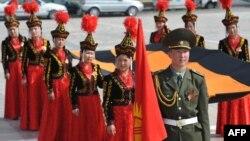 Георгий тасмасын көтөргөн кыргызстандыктар. Бишкек. 7-май, 2014-жыл.