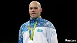 Қазақстандық боксшы Василий Левитке Рионың күміс медалі табыс етілген сәт.