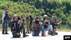 Участники сирийского повстанческого движения на тренировке в горной местности провинции Латакия. 25 апреля 2013 года.