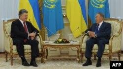 Қазақстан президенті Нұрсұлтан Назарбаев (оң жақта) пен Украина президенті Петр Порошенко. Астана, 9 қазан 2015 жыл.