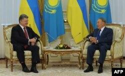 Президент України Петро Порошенко (ліворуч) та президент Казахстану Нурсултан Назарбаєв під час зустрічі в Астані. 9 жовтня 2015 року