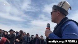 Председатель ГКНБ КР Камчыбек Ташиев на встрече с митингующими возле Кемпирабадского водохранилища, 19 апреля 2021 года.
