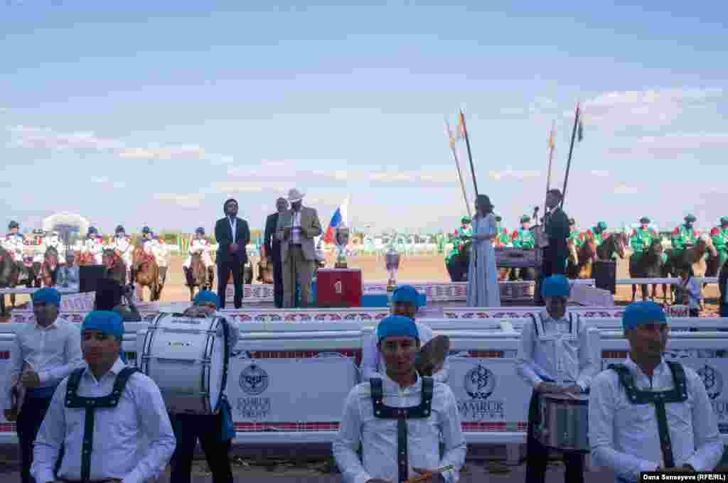 Посол США в Казахстане Джордж Крол зачитывает торжественную речь на казахском языке.