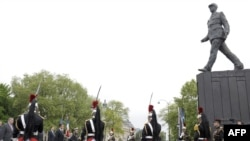Памятник генералу де Голлю в Париже