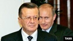 Сарвазири нави Русия Виктор Зубков ва дар паси ӯ -- президент Путин.