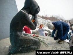 Римма Ким у мемориала