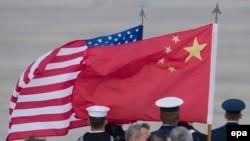 Flamuri amerikan dhe ai kinez. Foto ilustruese