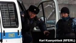 Полицейские наблюдают за акцией протеста «День несогласия». Алматы, 25 февраля 2012 года.