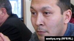Жеңісбек Молдин судьяның сауалдарына жауап беріп тұр. Ақтөбе, 20 қаңтар 2012 жыл.