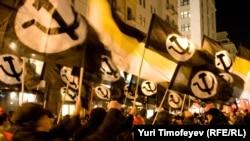 Сторонники Эдуарда Лимонова на демонстрации в честь 91-й годовщины Октябрьской революции, 7 ноября 2008