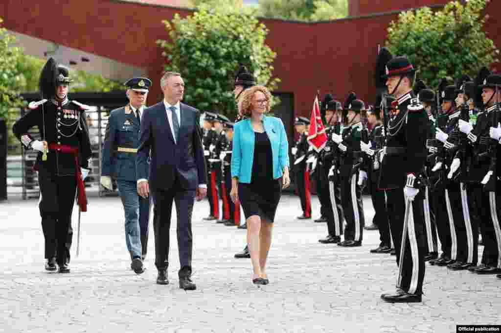 МАКЕДОНИЈА / НОРВЕШКА - Министрите за одбрана на Македонија и на Норвешка, Радмила Шекеринска и Франк Баке-Јенсен, по средбата во Осло, изјавиле дека Норвешка силно го поддржува членството на Македонија во НАТО, а потврда за недвосмислената поддршка е и одлуката со која норвешката влада ја поддржа поканата за Македонија за членство во НАТО.