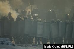 В первом ряду – молодые солдаты внутренних войск, за ними – милицейский спецназ