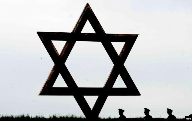 """Звезда Давида, установленная в мемориальном комплексе """"Терезин"""", на месте бывшего концлагеря"""