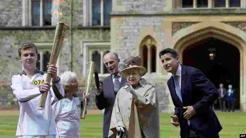 Королева Елизавета Вторая приветствует олимпийцев