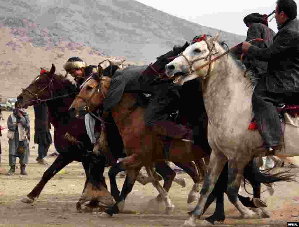 بازیگران بزکشی که در افغانستان چپانداز نامیده میشوند، گاه برای کسب مهارت به سال ها تمرین نیاز دارند.