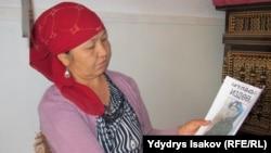 Жоголуп кеткен Бексултан Бааридиновдун апасы Майрам Бакирова уулунун сүрөтүн карап отурат.