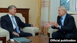 Филнатроп Джордж Сорос на встрече с президентом КР Алмазбеком Атамбаевым