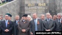 Губернатор Ширакской области Ашот Гизирян с представителями областной власти у мемориала побелы во Второй мировой войне, Гюмри, 9 мая 2011 г.