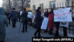 Митинг журналистов перед зданием ГУВД Бишкека. 18 января 2019 года.