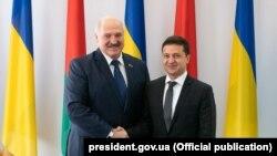 Президент України Володимир Зеленський (ліворуч) та президент Білорусі Олександр Лукашенко в Житомирі, 4 жовтня 2019 року