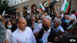 Президентът Румен Радев при протестиращите