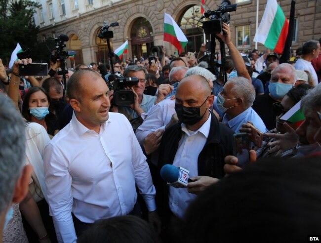Президент Радев (зліва) розмовляє з протестувальниками у Софії